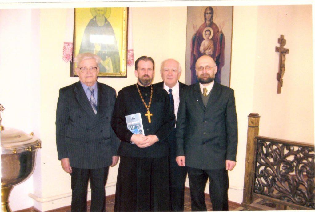 Слева направо: В. Н. Киселёв, протоиерей Феодор Кривонос; историк, краевед А. И. Валаханович (†2016) и автор статьи А. Н. Ярмольчик, фото 2008 г.